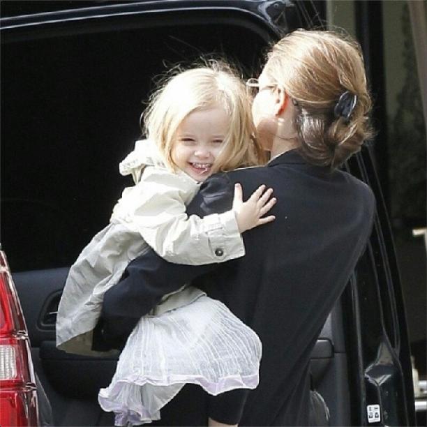 Vivienne Jolie-Pitt mit zartrosa Nägeln
