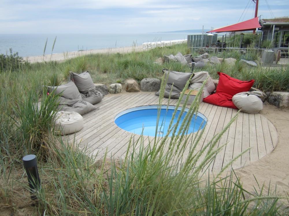 Lounge-Ecken mit Pool im Bootshaus