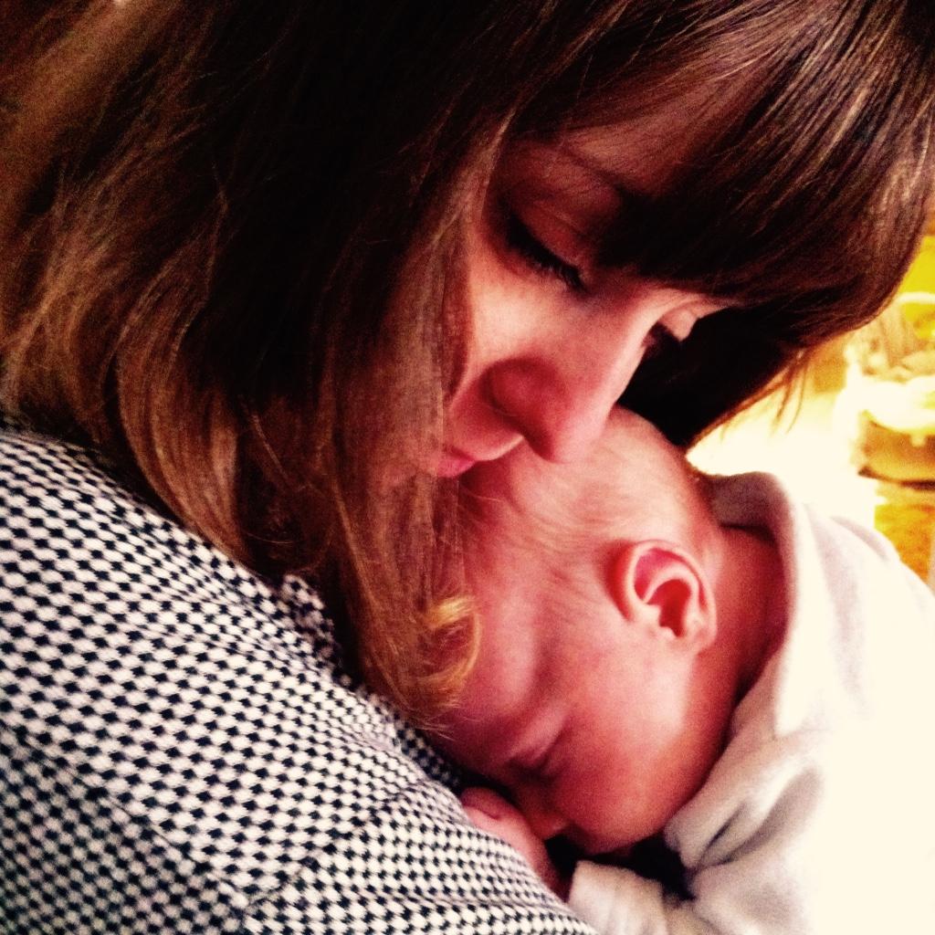 Maria mit Lilith wenige Tage nach der Geburt bei uns auf Mummy Mag