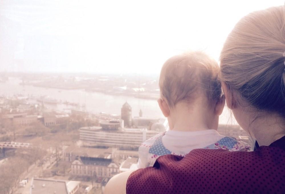 Schauspielerin Jasmin Schwiers mit Tochter Juli