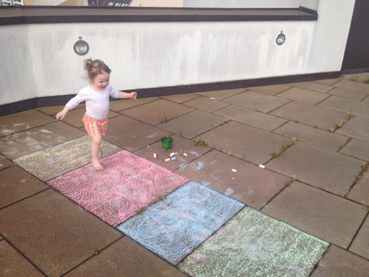 Izzy spielt auf Balkonien bei Mummy Mag