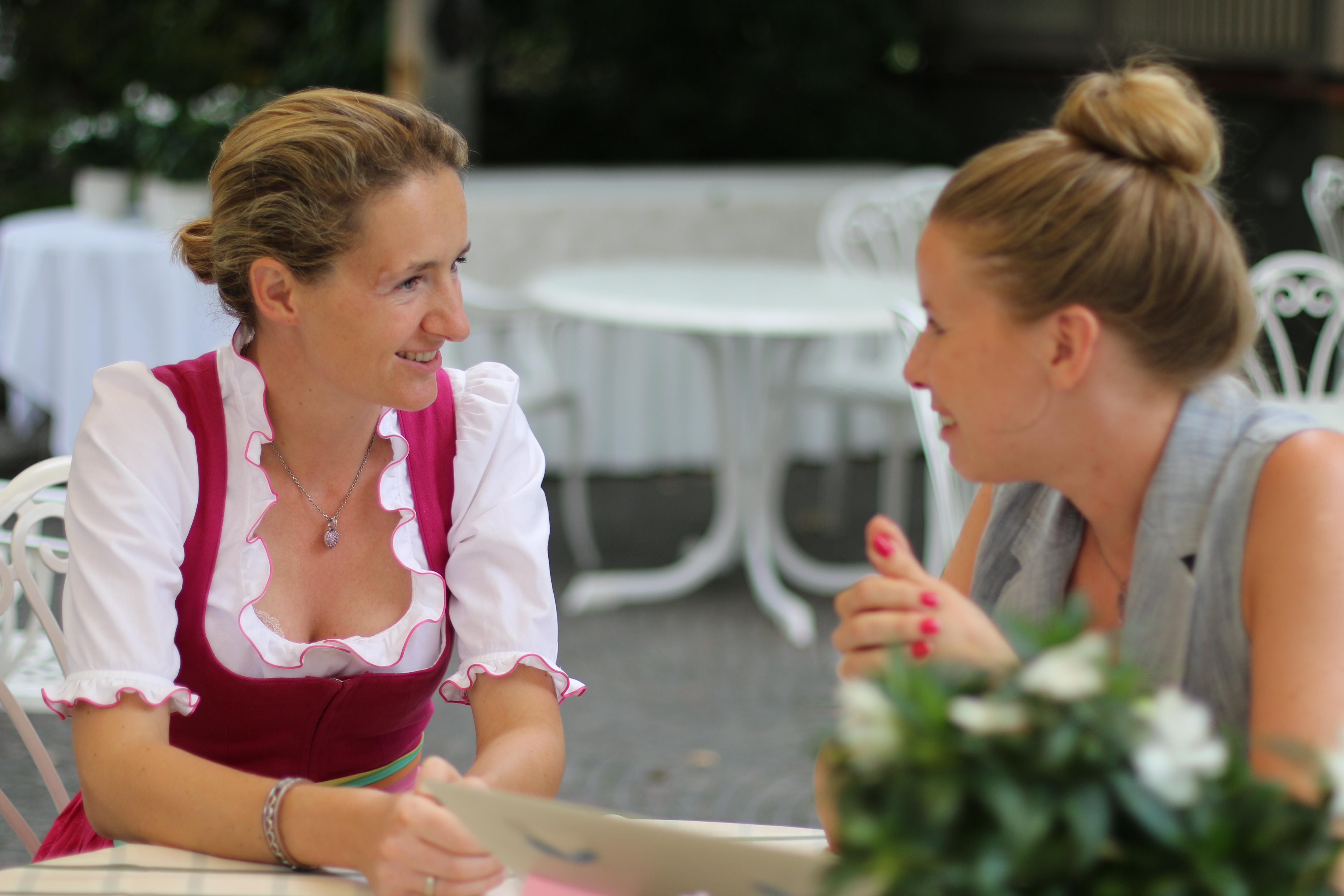 Madeleine im intensiven Gespräch mit Barbara Waldner