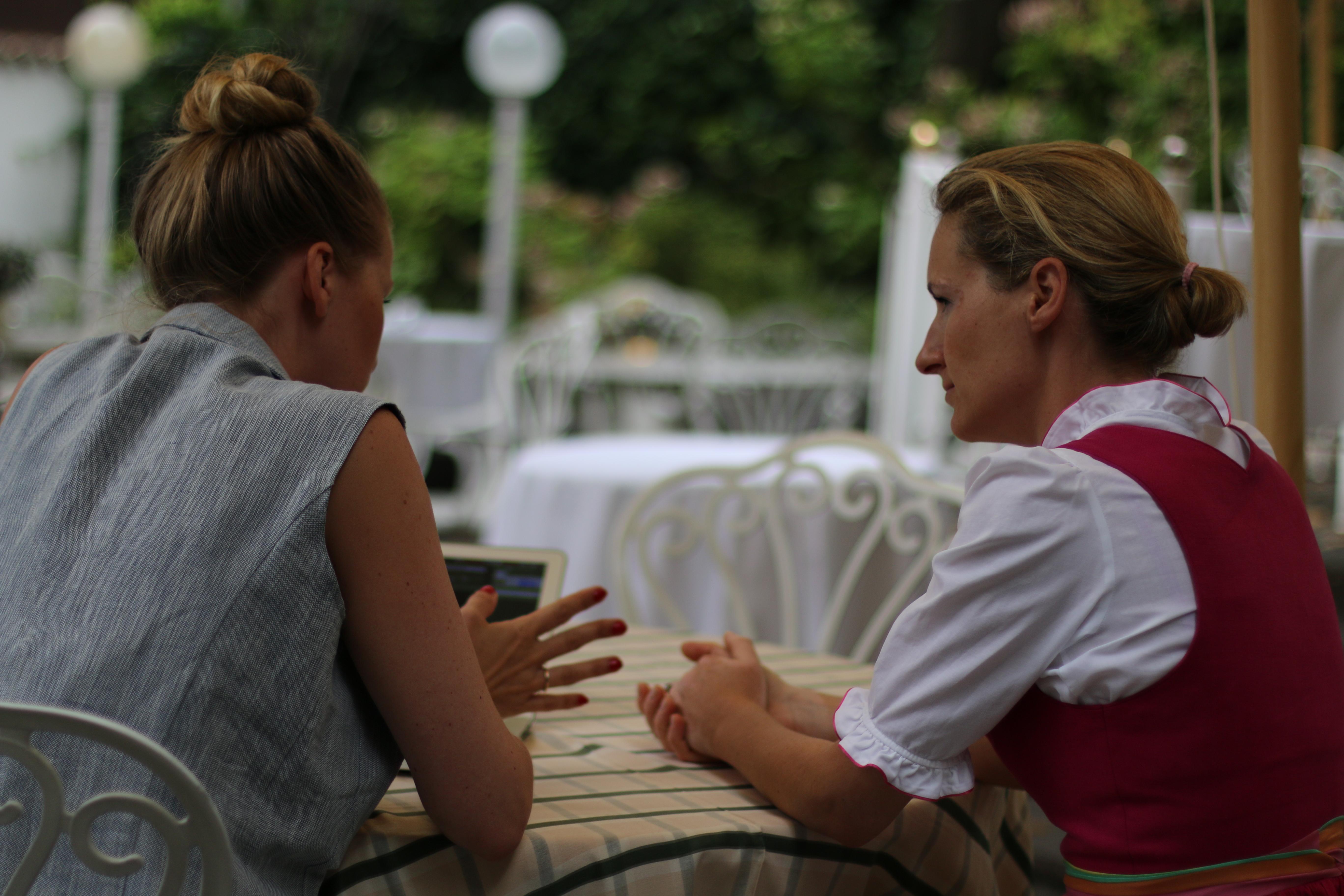 Madeleine und Barbara im intensiven Gespräch