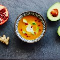 Süßkartoffelsuppe mit Avocado-Granatapfel-Topping