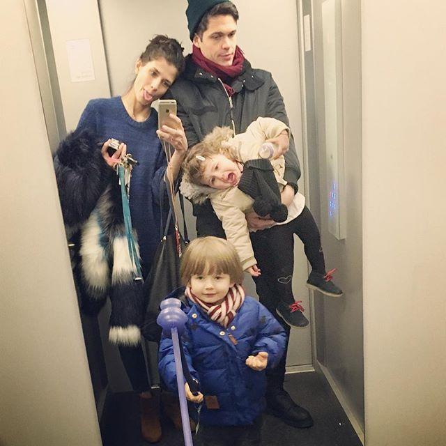 Alltag einer Mutter_Dari Maximova_Aufzug_Selfie