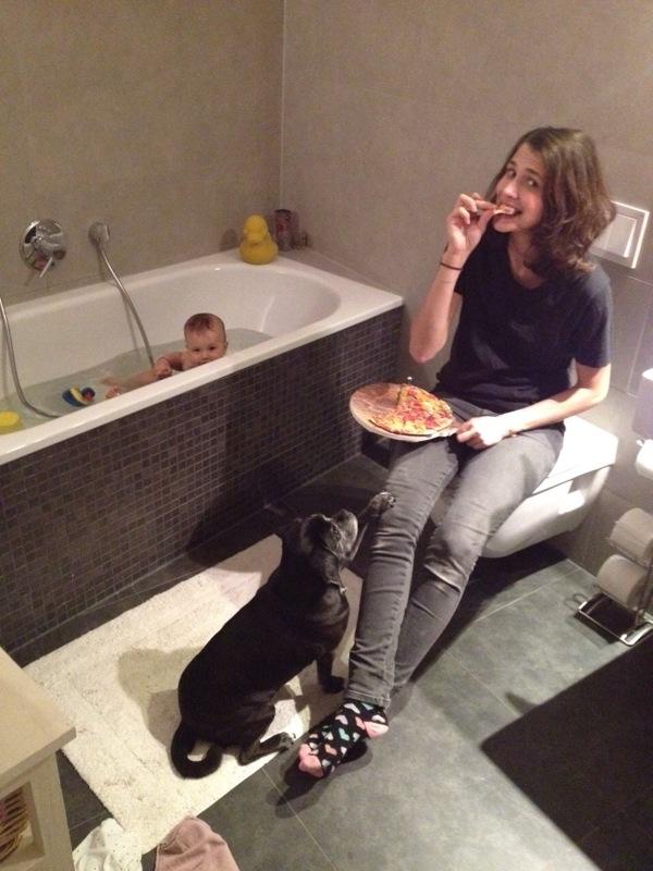 Alltag einer Mutter_Dari Maximova_Pizza_im_Bad