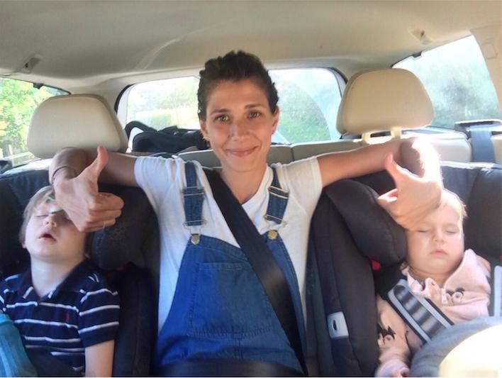 Dari Maximova Mama im Auto mit Kindern