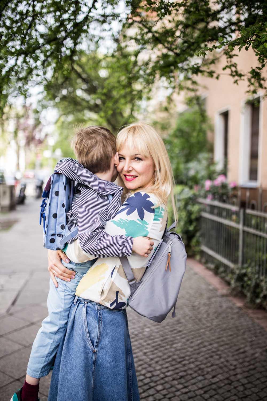 Saskia mit ihrem Herschel Rucksack für die Salon Mini Me Kampagne