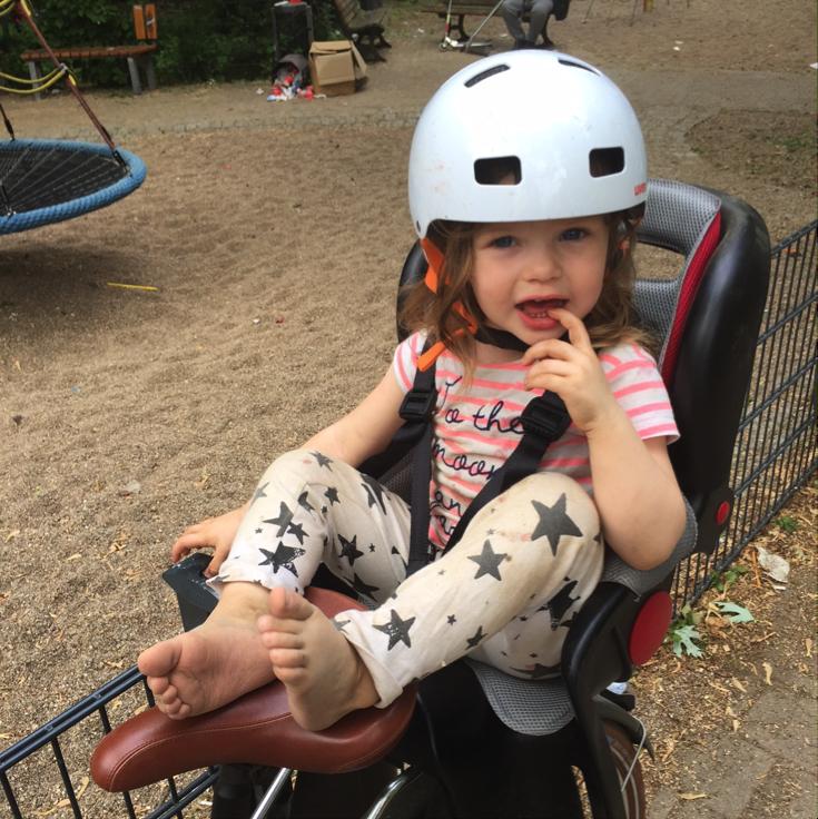 Dreckspatz Izzy mit superschmutzigen Hosen von Noe&Zoe