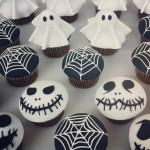 Grusel-Muffins-halloween-gebäck-halloween-backen-cupcakes-gespenster-spinnennetz