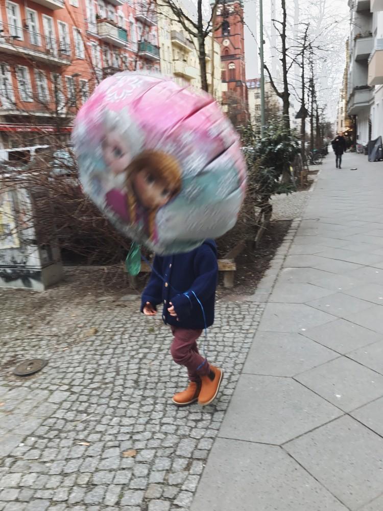 Junge mit Elsa Ballon