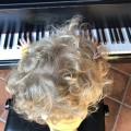 Junge mit Haarspange am Klavier II