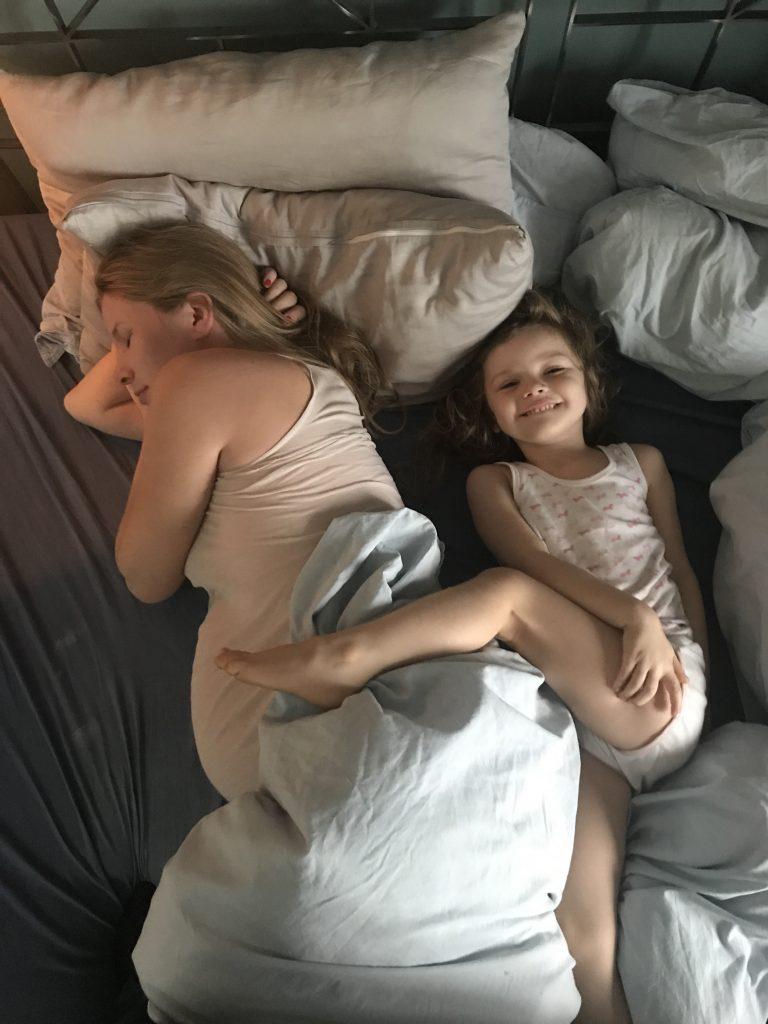 Madeleine und Izzy testen die BODYGUARD® Anti-Kartell-Matratze