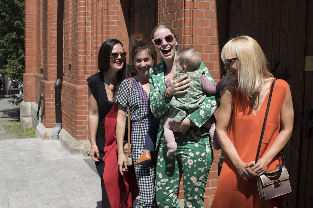Mummy Mag Team vor der Kirche