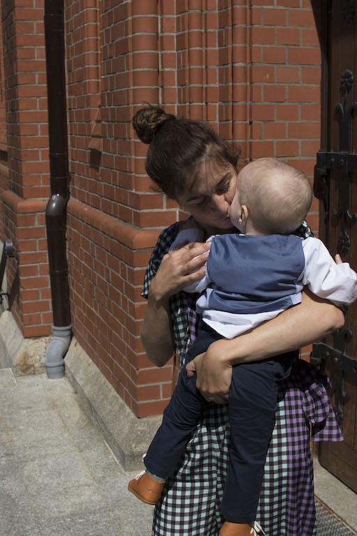 Mama mit Kind vor der Kirche