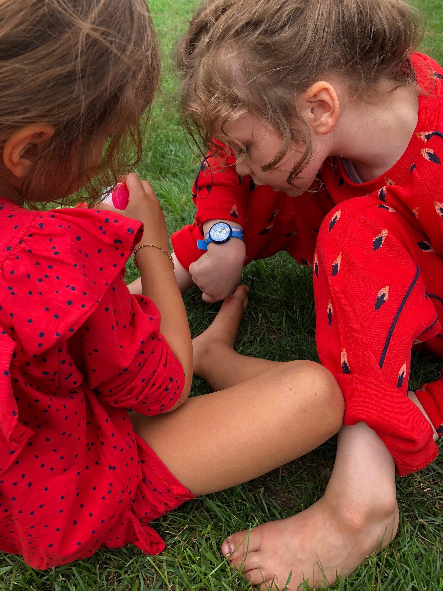 Wie spät ist es: Izzy und Helene mit Flik Flak Uhr von Swatch
