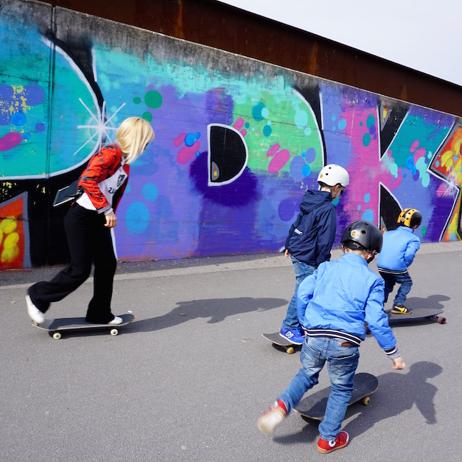 saskia und die boys auf den skateboards