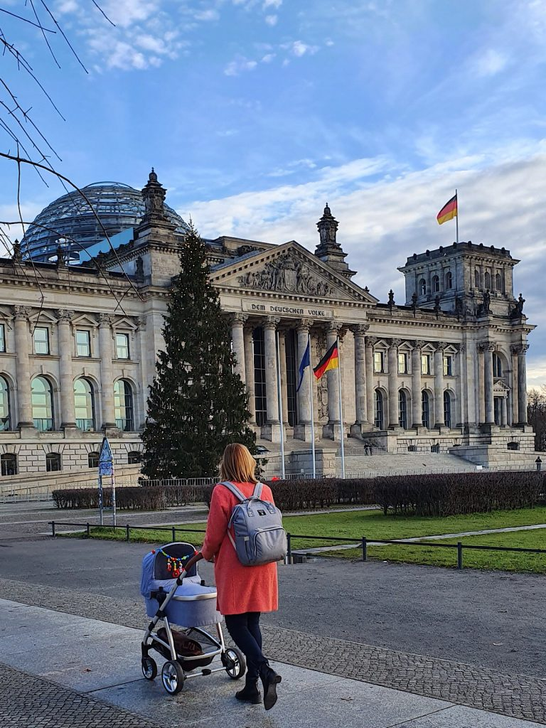 Gyde Jensen mit Baby vor dem Reichstag